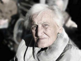 Alzheimer hastalığı, 60 yaş üzerinde, kadın ağırlıklı olarak gözlenen ve bilinmeyen nedenlerle sağlıklı beyin dokusunun bozulması (nörodejenerasyon) sonucu ortaya çıkan bir hastalıktır.
